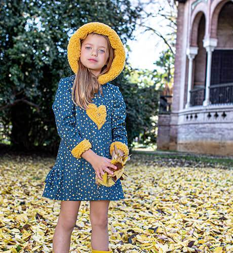 Vestido niña azul corazones mostaza & capucha de Nekenia | Aiana Larocca