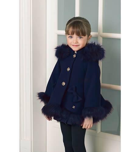Abrigo estilo capa con pelo de Dolce Petit | Aiana Larocca