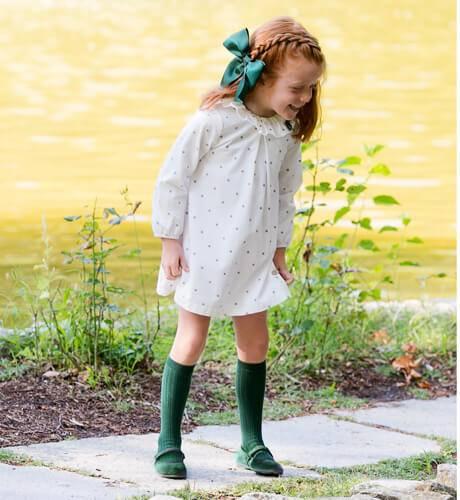 Vestido blanco estrellitas y lacito verde de Eve Children | Aiana Larocca
