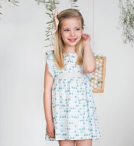 Vestido niña estampado tonos verdes volantes hombro de Ancar | Aiana Larocca