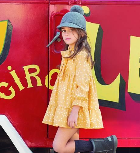 Vestido mostaza estrellas de Eve Children | Aiana Larocca