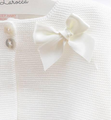 Chaqueta corta crudo & detalle puntilla y lazo de Valentina Bebés | Aiana Larocca