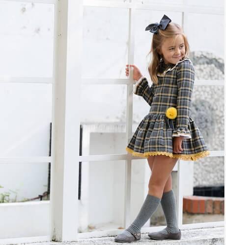 Vestido niña talle bajo detalle pompón mostaza de Blanca Valiente   Aiana Larocca