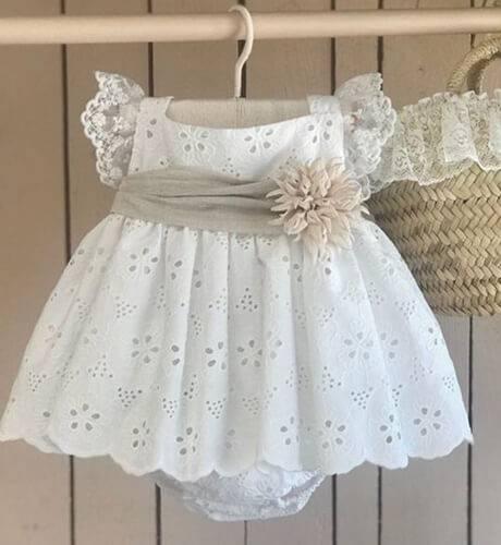 Vestido bordado crudo & fajin de Valentina Bebés | Aiana Larocca