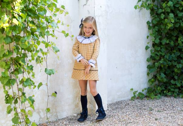 Vestido niña mostaza detalle en marino de Marta y Paula | Aiana Larocca