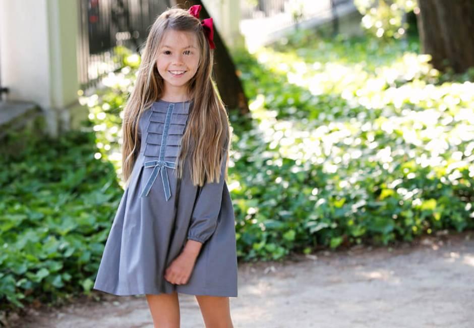Vestido niña gris detalle chorreras y lazo de Eve Children en Aiana Larocca | Aiana Larocca